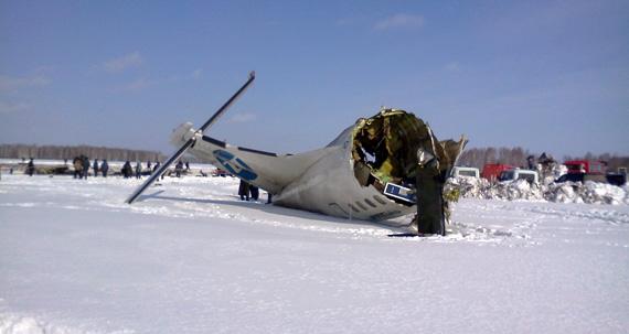 Россия: Под Тюменью упал самолет; 15 человек чудом выжило