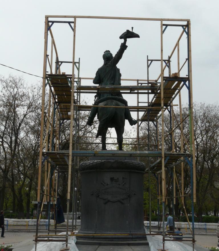 Реставрация памятника Суворову в полном разгаре (фото)