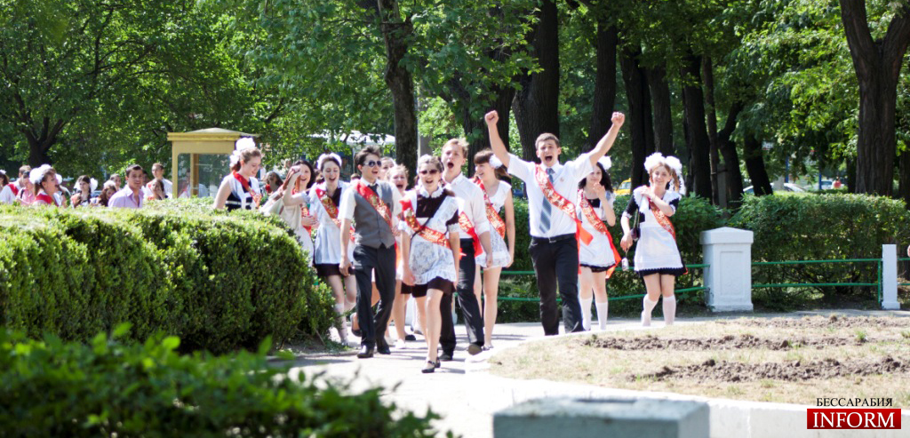 Выпускники измаильских школ: Традиционная прогулка по центральным паркам!