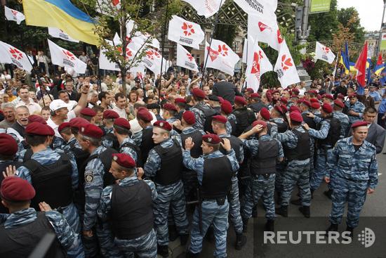 В Харькове у здания Суда протестуют сторонники и противники Тимошенко.