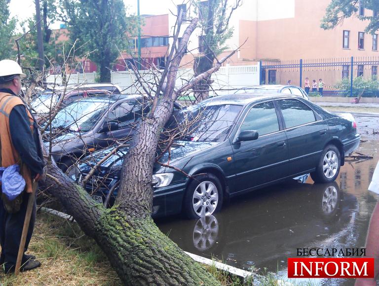 За 30 минут ветер, дождь и град в Измаиле нанесли ущерб на десятки тысяч