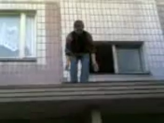 Измаил: правоохранители помешали пьяному парню прыгнуть с крыши