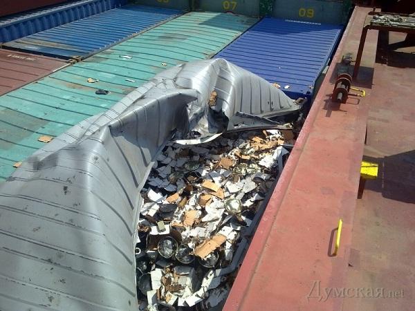 В Ильичёвском порту взорвался контейнер с опасной химией.