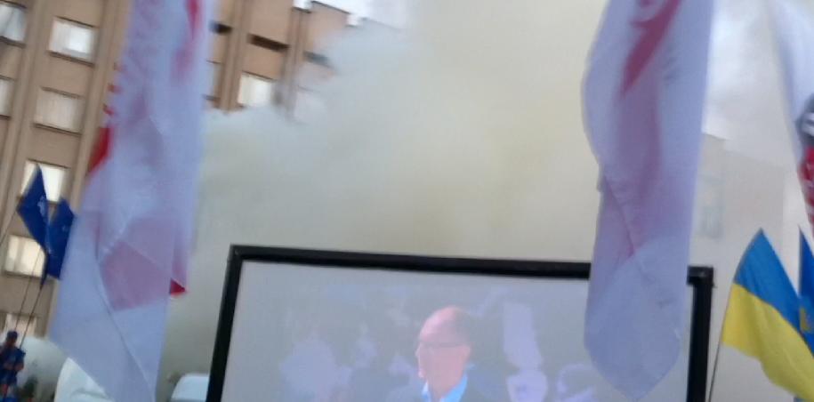 В Измаиле Регионалы пытались сорвать телемост с Яценюком дымовыми шашками (фото, видео) обновлено