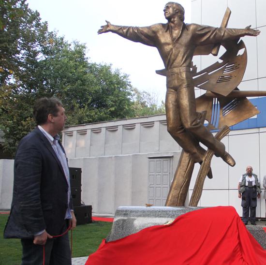 В Одессе установили памятник Высоцкому.