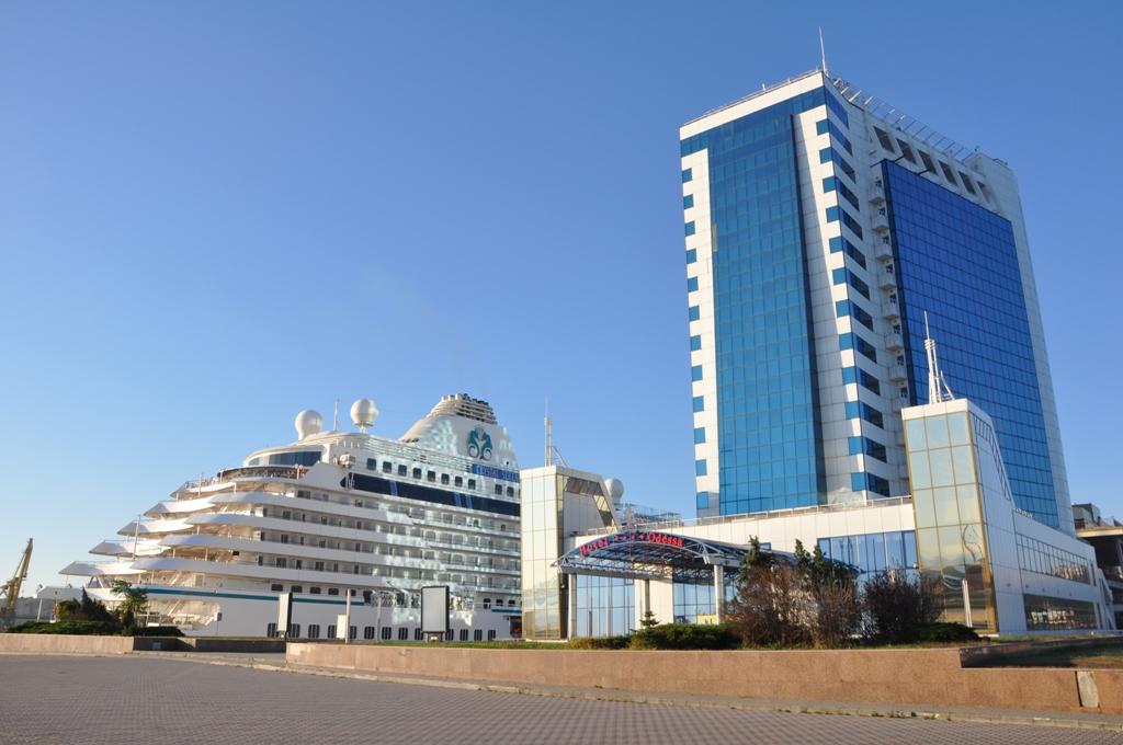 Сегодня в Одесский порт зашли сразу три мегалайнера!