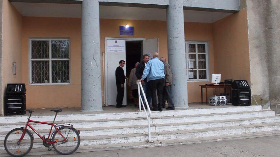 В Броске людей подвозят к избирательным участкам агитируя за партию власти!