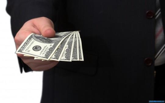 Деньги-в-руке_135535557 Измаильчанин отбирал деньги у жителей города
