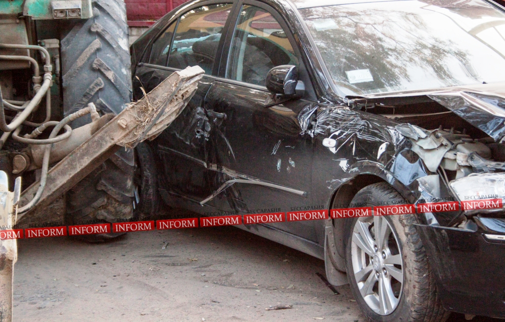"ДТП в Измаиле. Трактор ""наехал"" на ""Hyundai"". ФОТО"