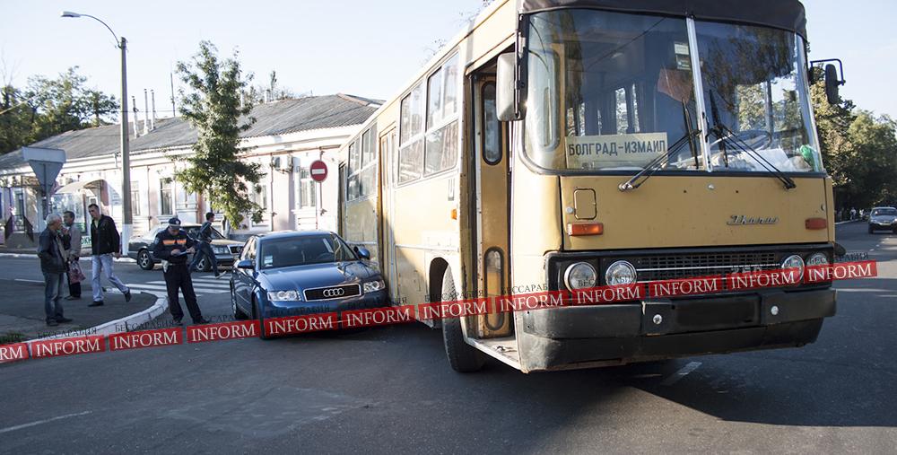"dtp_izmail_ikarus_audi-2 ДТП в центре Измаила: ""Ikarus"" не поделил дорогу с ""Audi A4"""