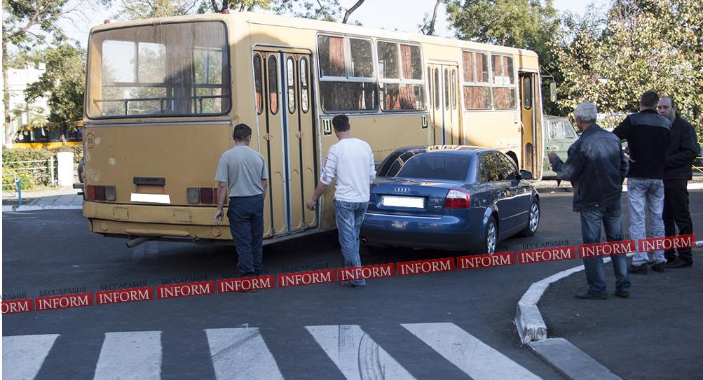 "dtp_izmail_ikarus_audi-4 ДТП в центре Измаила: ""Ikarus"" не поделил дорогу с ""Audi A4"""