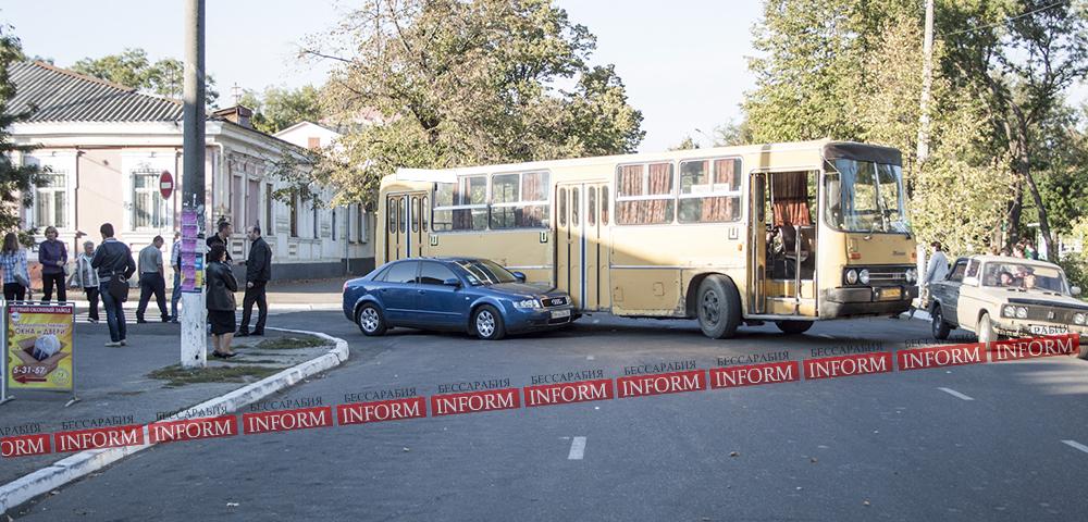 "dtp_izmail_ikarus_audi-5 ДТП в центре Измаила: ""Ikarus"" не поделил дорогу с ""Audi A4"""