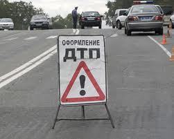 На Одещине водитель KIA CERATO влетел в билборд и разбился