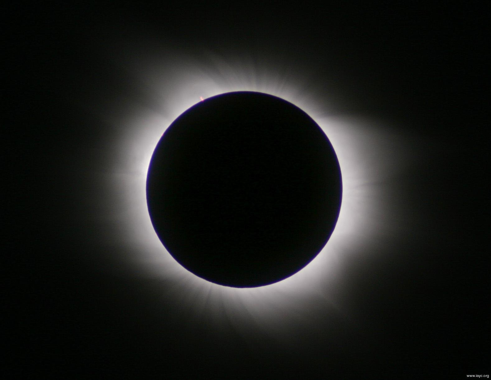 Сейчас происходит полное затмение Солнца