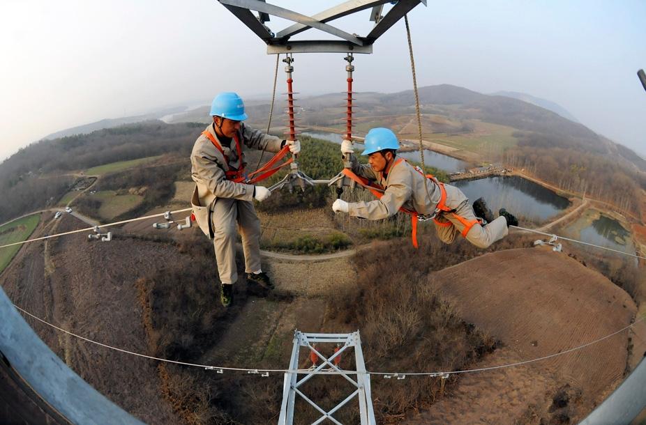 Фото дня: высоковольтная акробатика в Китае