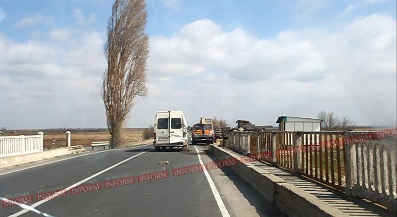 На Ренийском мосту чуть не ушли под воду два автобуса! (фото)