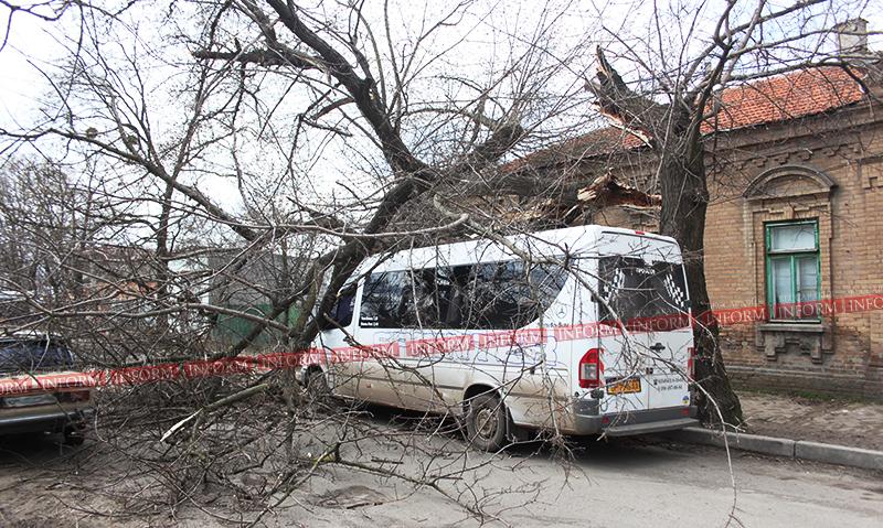 Измаил; последствия ночной бури - поврежденные авто, вывески и электролинии..(фото)