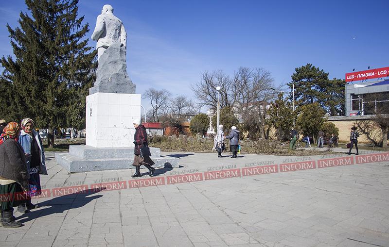 Измаил: Памятник Ленину начали облагораживать. (фото)