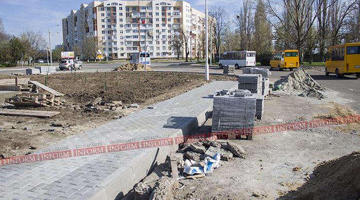 В Измаиле обновляется тротуар возле памятника жертвам ЧАЭС(фото)