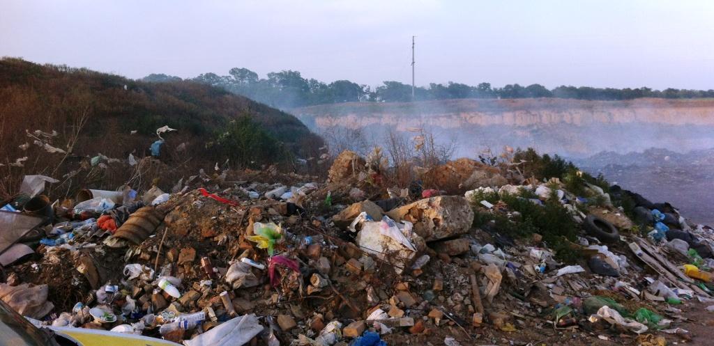 В Измаиле горит свалка, люди задыхаются от дыма