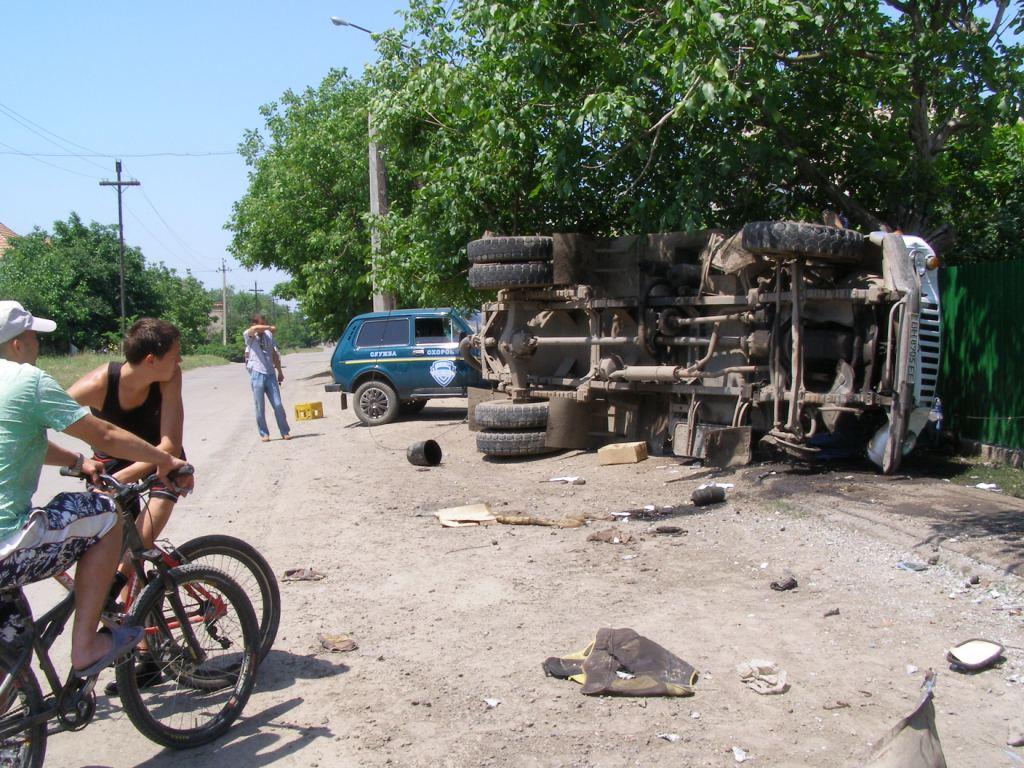 В Измаиле на ул. Нахимова перевернулась ассенизаторская машина (фото)
