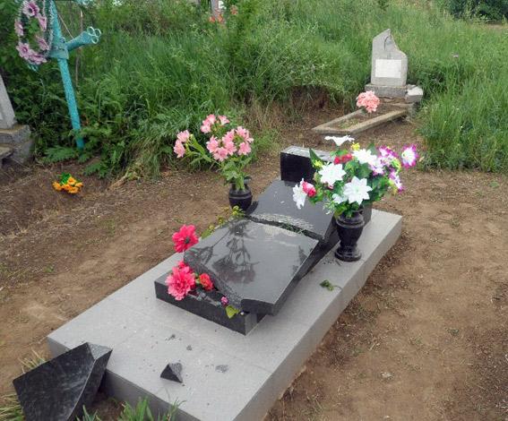 В Б.-Днестровском районе вандал разрушил 6 могил (фото)