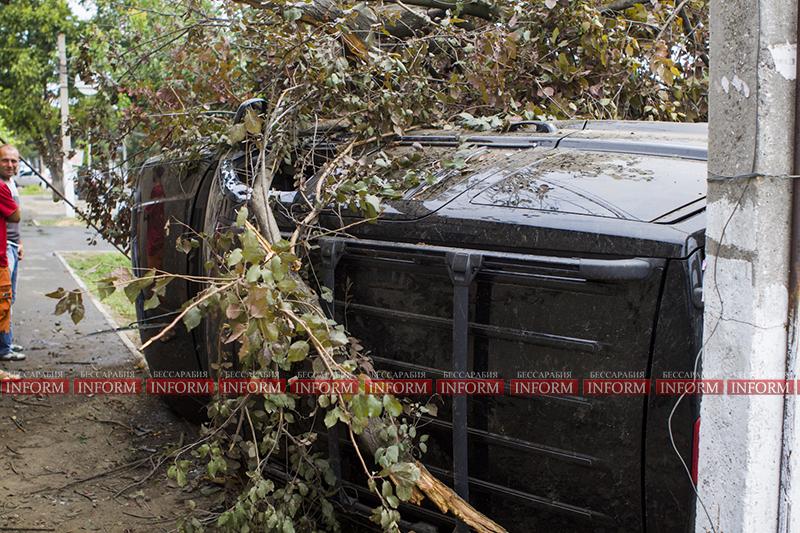 dtp jeep v dom 4 ДТП в Измаиле: Убитый Grand Cherokee, чудом выживший водитель и паскудство людей (ФОТО)