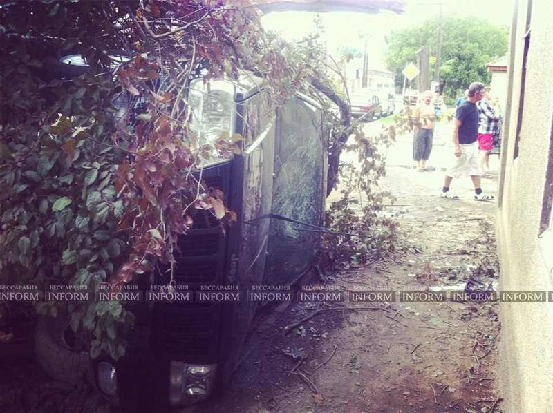 v izmaile perevernylsya jeep 1 ДТП в Измаиле: Убитый Grand Cherokee, чудом выживший водитель и паскудство людей (ФОТО)