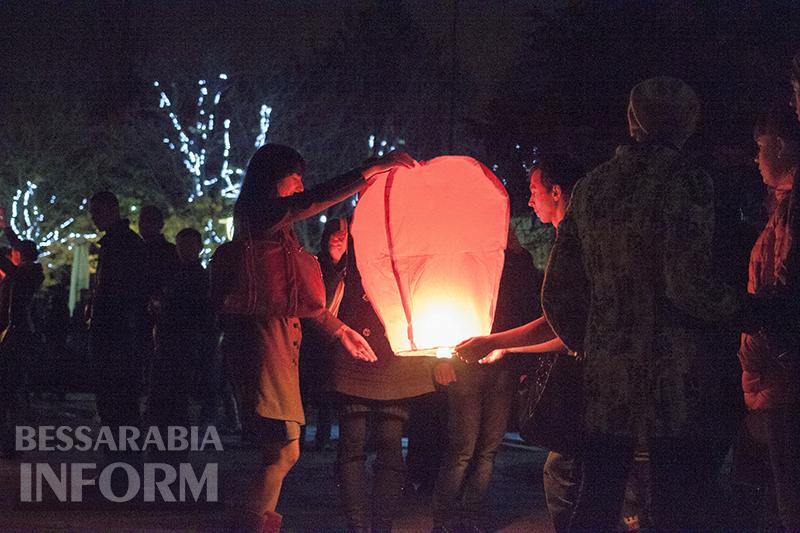 Молодежь Измаила устроила массовый запуск фонариков (ФОТО)
