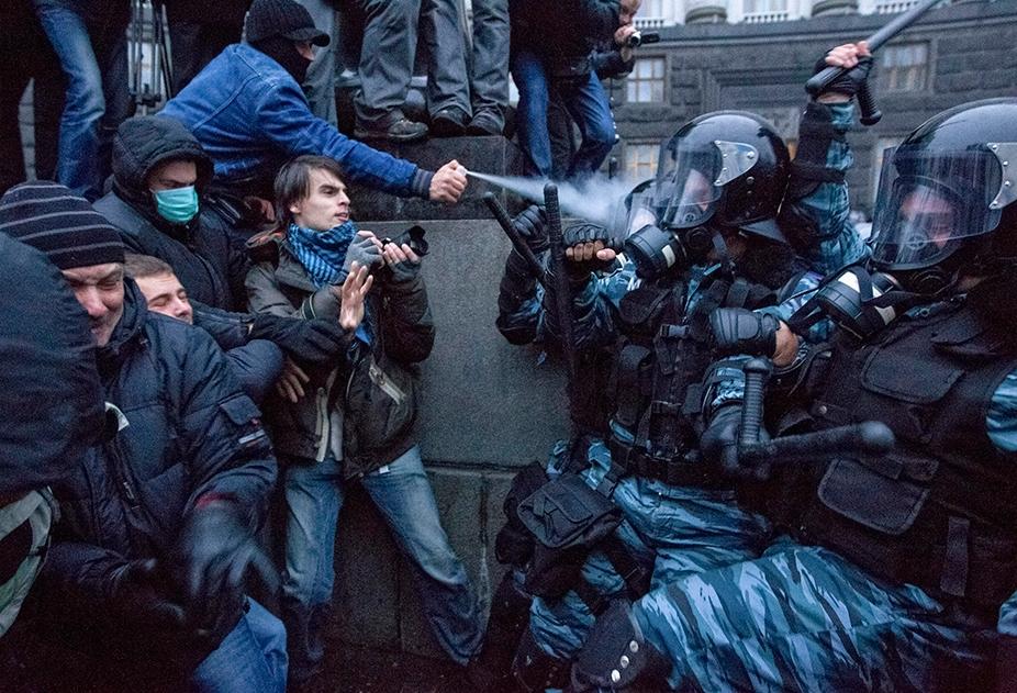 ФОТО ДНЯ: Украина: столкновения проевропейских манифестантов с милицией