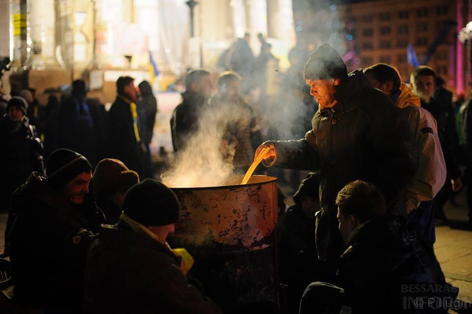 1454707_218126668368337_1834397256_n За полчаса до кровавого разгона студентов на Евромайдане (фото)