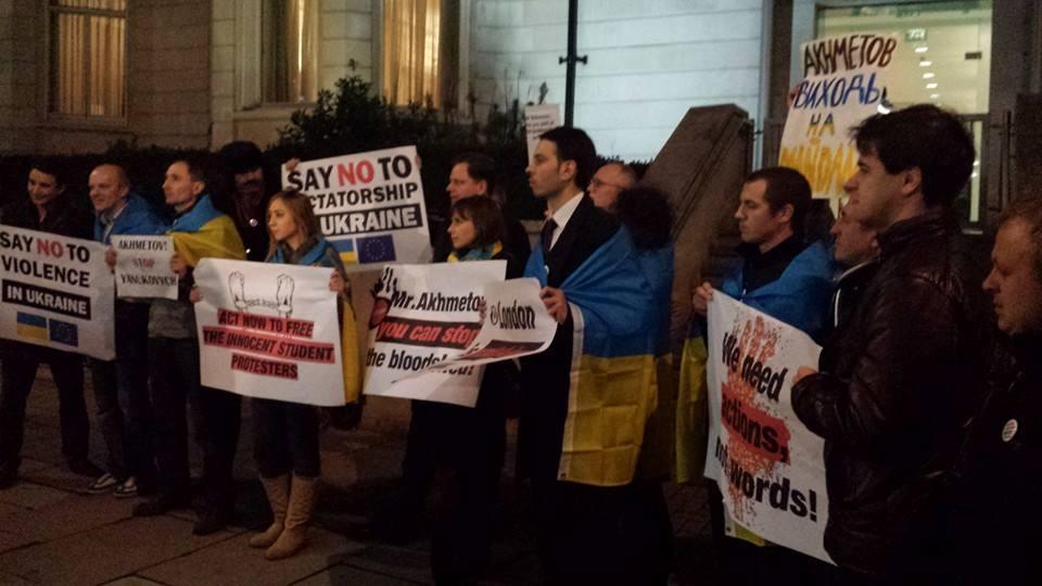 """""""Меньше слов, больше дела"""". В Лондоне протестовали возле офиса Ахметова (фото)"""