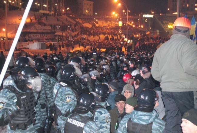 150f8108f4306cf4de91814450b0f4c3 Ночной штурм Евромайдана: фоторепортаж