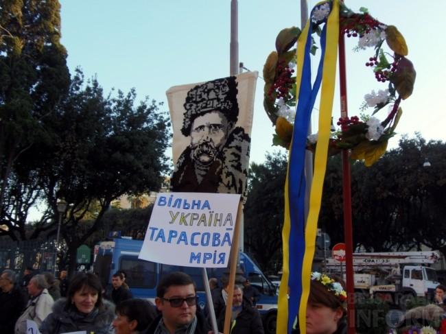 17ae59fee56627c226bfa75a606138ac Украинцы в Риме решили поддержать Евромайдан (фото)