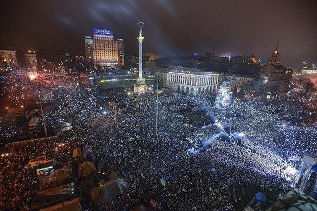 Сотни тысяч украинцев спели в новогоднюю ночь гимн Украины