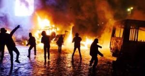 """Более 15 часов длятся столкновения демонстрантов с """"Беркутом"""""""