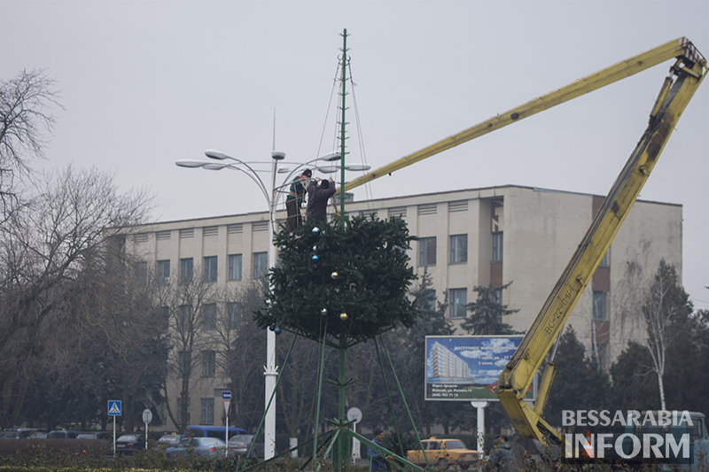 В Измаиле уже разбирают главную елку (фото)