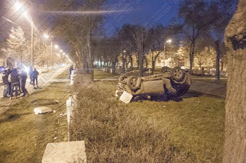 В центре Измаила джип влетел в парк и перевернулся! (ФОТО)