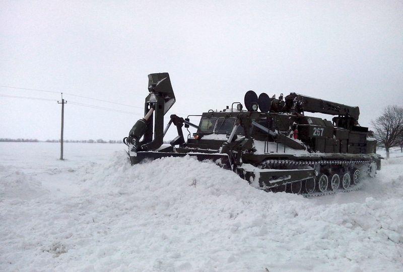 2014-02-04-12740-60356 Военнослужащие помогают в расчистке дорог (фото)