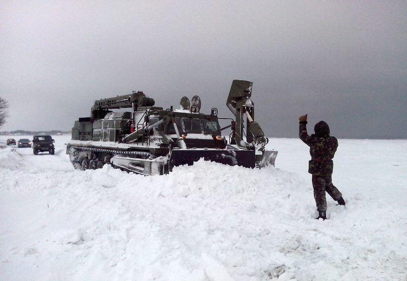 2014-02-04-12740-60357 Военнослужащие помогают в расчистке дорог (фото)