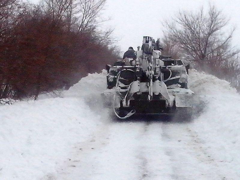 2014-02-04-12740-60359 Военнослужащие помогают в расчистке дорог (фото)