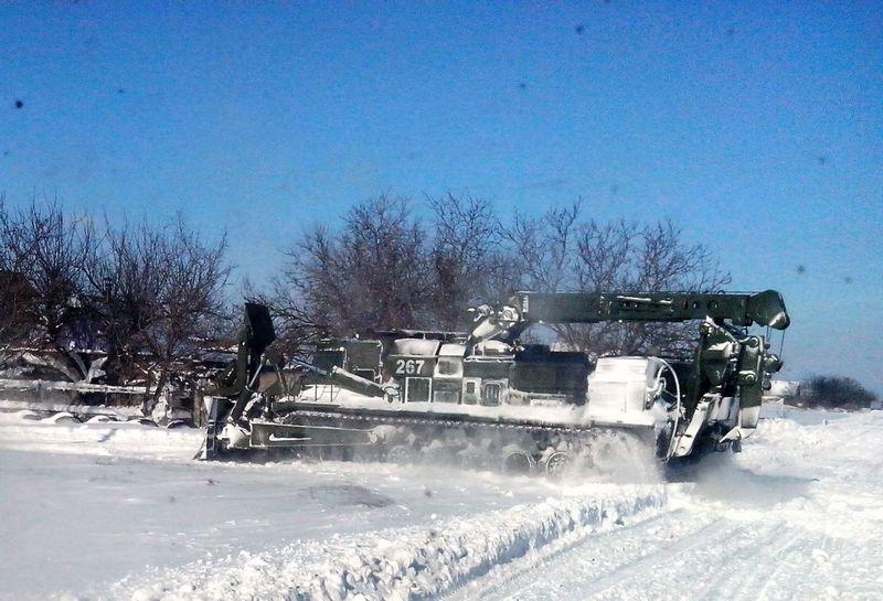 2014-02-04-12740-60360 Военнослужащие помогают в расчистке дорог (фото)