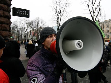 """""""Небезразличные киевляне"""" вновь пытались разобрать баррикады Майдана. Возникла потасовка"""