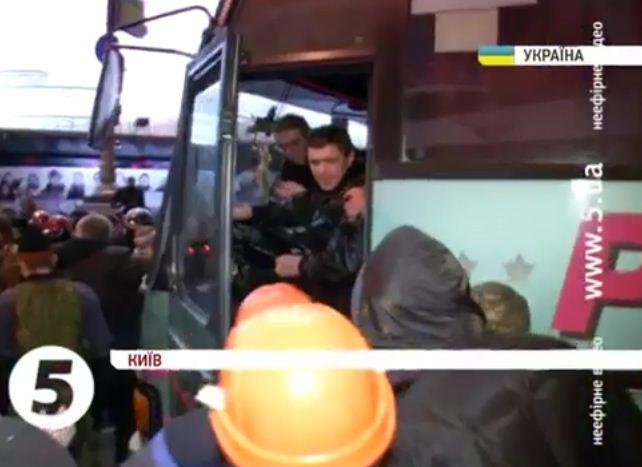 Порошенко с Дубовым спасли бойцов ВВ от разгневанного народа (видео)