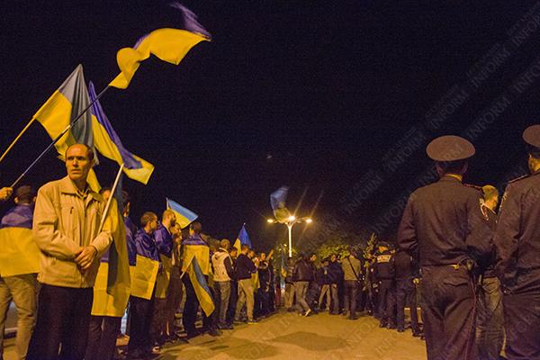 """В Измаиле ночной митинг: по одну сторону- патриоты, по другую - """"Янукович легитимный президент"""" (ФОТО, ВИДЕО, обновлено)"""