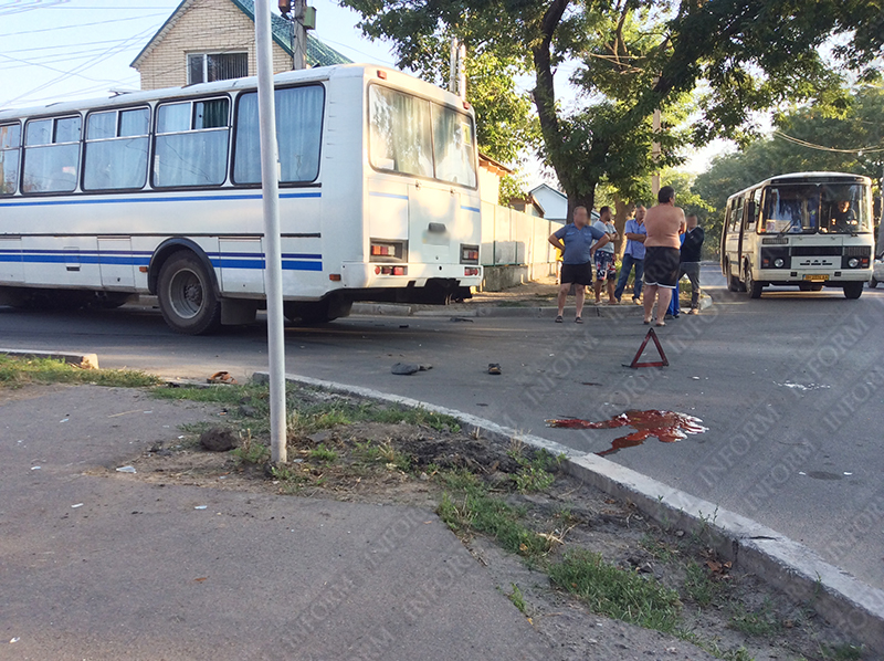 moto-dtp-v-izmaile-1 ДТП в Измаиле: Нетрезвые парни на мопеде въехали в маршрутку. Есть жертва (ФОТО)