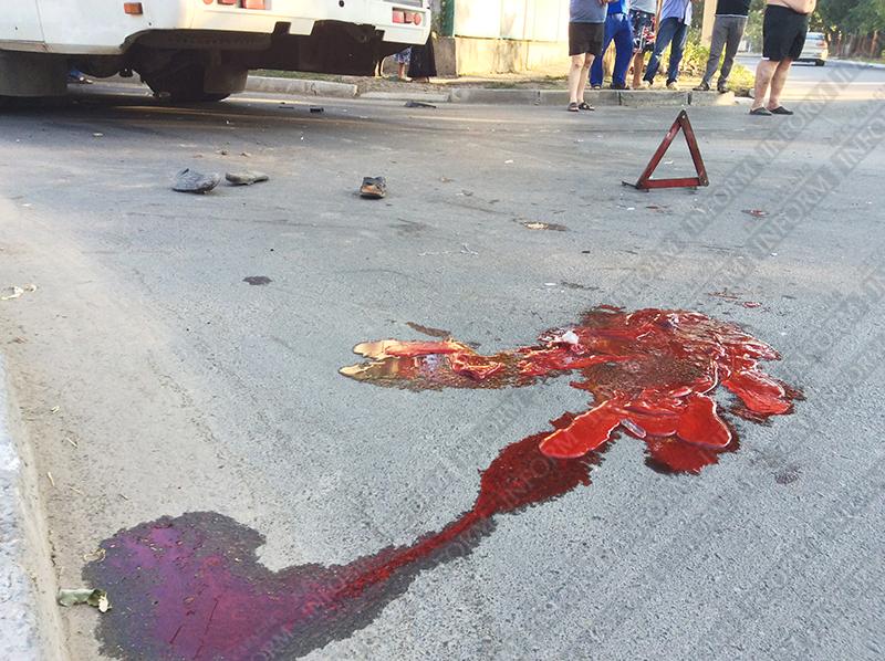 moto-dtp-v-izmaile-2 ДТП в Измаиле: Нетрезвые парни на мопеде въехали в маршрутку. Есть жертва (ФОТО)