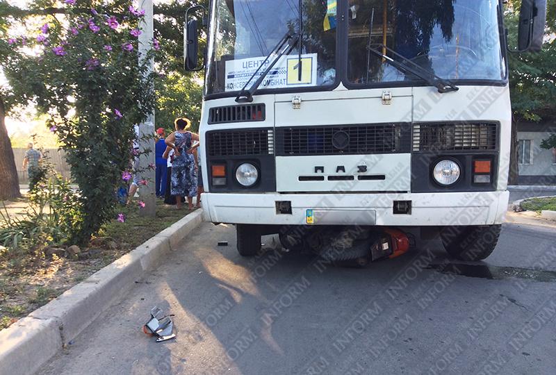 moto-dtp-v-izmaile-4 ДТП в Измаиле: Нетрезвые парни на мопеде въехали в маршрутку. Есть жертва (ФОТО)