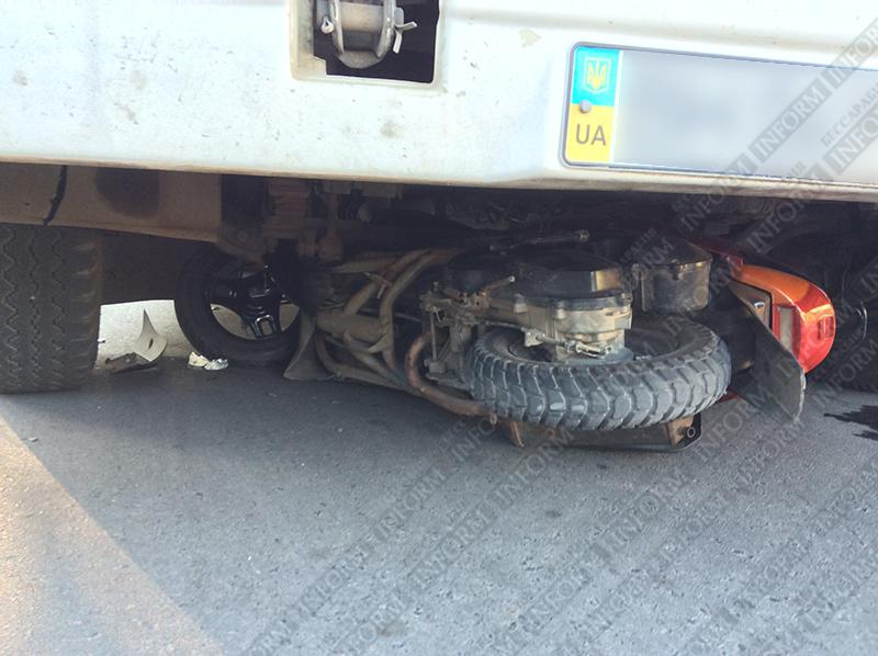moto-dtp-v-izmaile-5 ДТП в Измаиле: Нетрезвые парни на мопеде въехали в маршрутку. Есть жертва (ФОТО)