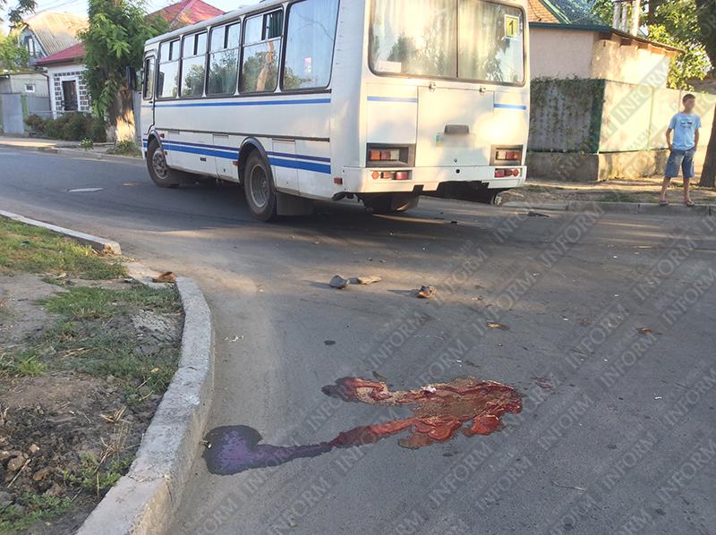 moto-dtp-v-izmaile-7 ДТП в Измаиле: Нетрезвые парни на мопеде въехали в маршрутку. Есть жертва (ФОТО)